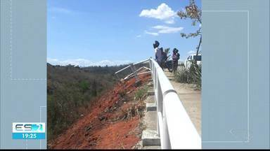 Motorista perde o controle e cai em barranco, em Cachoeiro de Itapemirim, no Sul do ES - Condutora não se feriu.