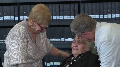 Grega de 92 anos se reúne com integrantes de família que ajudou a proteger do nazismo - Encontro foi em Israel
