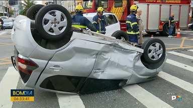 Batida na Rua Mariano Torres complica trânsito - Dois carros bateram.