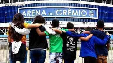 Seis crianças, que moram próximo à Arena, realizam sonho de ver um jogo dentro do estádio - Após quatros meses essas crianças, que moram nos arredores da Arena do Grêmio, puderam entrar na casa do 'vizinho' pela primeira vez.