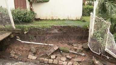Bairro Pé-de-Plátano tem problemas por causa das chuvas - A casa de um morador está quase caindo em um buraco.