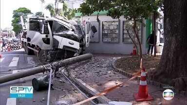 Cresce número de batidas em postes na capital paulista - A cada dia, pelo menos dois postes de energia elétrica são atingidos por veículos.