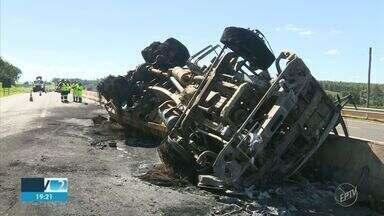 Motorista morre após caminhão-tanque tombar e pegar fogo em rodovia de Mogi Mirim - Veículo estava carregado com 15 mil litros de combustíveis e o vazamento causou um rastro de incêndio na via.