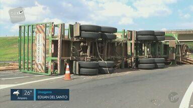Caminhão com 54 toneladas de eucalipto tomba na Rodovia Luiz de Queiroz, em Piracicaba - De acordo com a Polícia Rodoviária, um eixo do veículo quebrou e ele acabou tombando em uma curva. Ninguém se feriu.
