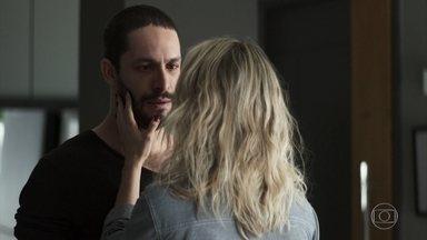 Téo deixa o hospital e diz que nunca mais será o mesmo - O fotógrafo questiona Yohana sobre o amor e acabam se beijando