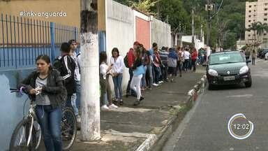 Candidatos amanhecem em fila de emprego em Caraguatatuba - Veja reportagem.