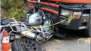 Motociclista morre em acidente com caminhão na SP-123 em Pindamonhangaba - Motociclista atravessou pista no sentido contrário e bateu de frente em caminhão.