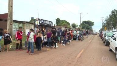 Candidatos dormiram dois dias na fila pra entregar currículo no DF - Um supermercado que vai abrir em dezembro está oferecendo 150 vagas para diversas funções. Salários variam de R$1.111 a R$3.000.
