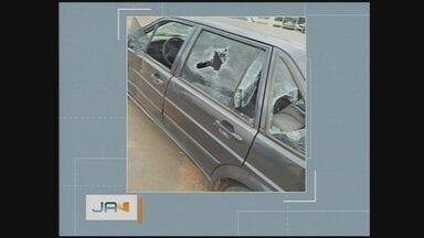 Homem quebra o próprio carro após abordagem de guardas em Chapecó; veículo foi apreendido - Homem quebra o próprio carro após abordagem de guardas em Chapecó; veículo foi apreendido