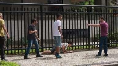 Serginho enfrenta os agressores de Guga - A polícia aparece e os rapazes fogem