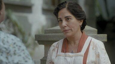 Lola se entristece ao saber que Júlio não irá para casa - Ela agradece a Afonso pelo pagamentos dos chales vendidos e decide sair com Isabel