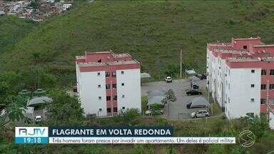 Policial e mais dois são presos por fazer refém família de colombianos em Volta Redonda - Suspeitos se passaram por policiais para enganar a portaria e chegar até as vítimas, que moram em um condomínio no bairro Água Limpa.