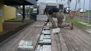 Tabletes de maconha com cheiro de sabonete são apreendidos em rodovia de Ourinhos - Cerca de 500 quilos da droga estavam escondidos em fundo falso de caminhão. Entorpecente tinha cheiro de sabonete para despistar a fiscalização, diz a Polícia Rodoviária Federal. Motorista de 27 anos foi preso.