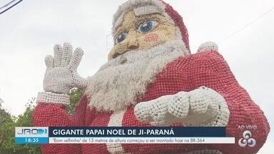 Papai Noel gigante é instalado na decoração natalina de Ji-Paraná - Decoração é reciclável, feita com garrafas pet.