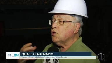 Teatro Municipal de Petrópolis passa por reformas - Local está sendo restaurado e readequado dentro dos sistemas de segurança exigidos pelo Corpo de Bombeiros.