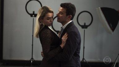 Márcio tenta se reaproximar de Kim e impedir que ela se case com Paixão - Márcio beija Kim mas ela se recusa a casar com ele