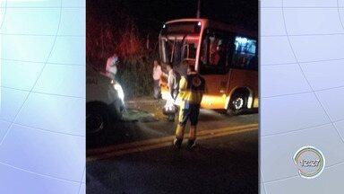 Quatro ficam feridos em acidente entre um carro e um ônibus na SP-50 - Acidente foi na quinta-feira (7).