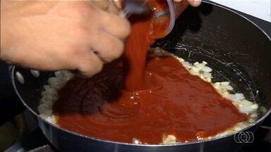 Veja como fazer pastel de frango com pequi em Itumbiara - Receita é simples e rende um quilo de recheio.