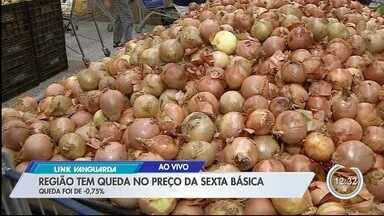 Preço da cesta básica cai em outubro pelo 6º mês seguido na região - Entre os produtos que mais tiveram queda nos preços estão a cebola, a cenoura e o mamão.