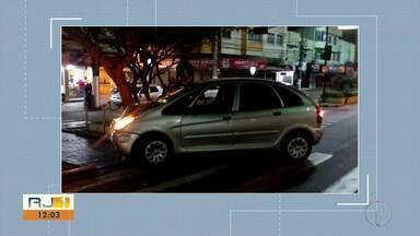 Motorista acerta semáforo em Teresópolis e abandona carro - Assista a seguir.