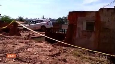 Chuva forte danifica teto de pronto atendimento da Santa Casa de São Roque, em SP - A água invadiu a sala de observação pediátrica. Uma criança estava internada na hora do acidente.