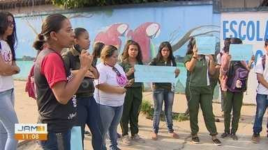 Após aluna ser expulsa de sala de aula, pais e alunos realizam protesto em frente a escola - Estudante estava com bebê no colo.