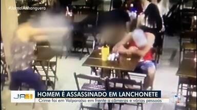Vídeo mostra quando homem é morto a tiros e mulher tenta impedir atirador, em Valparaíso - Imagens flagraram chegada do autor, que se sentou a uma mesa com uma mulher momentos antes de cometer o crime e fugir. Polícia Civil está investigando o caso.