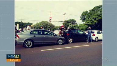 Acidente na avenida Colombo em Maringá prende moto entre carros - Motociclista teve ferimentos leves, segundo o Samu.