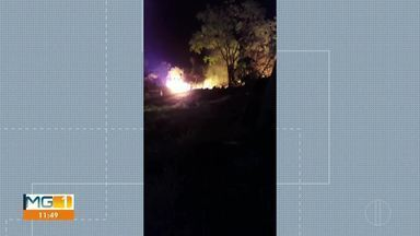 Dois homens de 44 e 64 anos morrem após acidente na BR-135 em Bocaiuva - Eles estavam em uma motocicleta, quando invadiram a contramão e bateram de frente com um caminhão, de acordo com a Polícia.