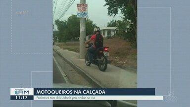Vídeo flagra motociclistas usando as calçadas para fugir do trânsito - Pedestres tem dificuldade para andar na via.
