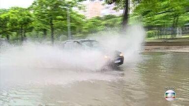 Motoristas redobram a atenção em ruas alagadas do centro - Carros e ônibus passam um por um na região da Praça Paris, que tem ruas alagas por conta da chuva forte.