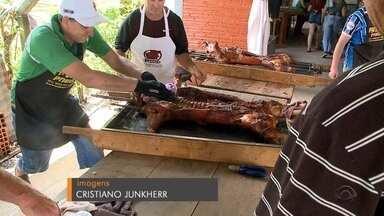 Festival Gaúcho do Porco no Rolete leva público recorde à Linha Nova - Mais de quarenta leitões foram assados pra esperar os visitantes.