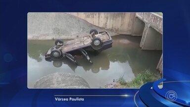 Motorista perde o controle e cai em córrego de Várzea Paulista - O motorista de um carro perdeu o controle da direção e caiu no Córrego do Bertioga, em Várzea Paulista (SP), nesta segunda-feira (11).