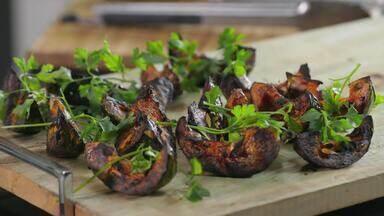 Argentina - Felipe Bronze prepara um churrasco argentino com assado de tira feito com abóbora defumada, choripán com molho chimichurri e empanadas. De sobremesa, mil folhas e banana na brasa.