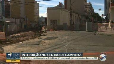 Rua Marquês de Três Rios em Campinas é bloqueada para obras do BRT - A rua foi bloqueada na segunda-feira (11) para receber um piso de concreto, onde os ônibus do BRT vão passar. Confira as rotas alternativas.