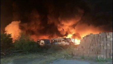Incêndio destrói galpão com carros do governo de Pernambuco, na área central de Recife - De acordo com os bombeiros, o fogo começou por volta das 21h e destruiu 150 veículos. Apesar do prejuízo, ninguém ficou ferido.