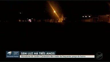 Moradores relatam medo e insegurança ao cruzar praças sem luz em Ribeirão Preto - Problema ocorre no Jardim Centenário e no Quintino Facci II.