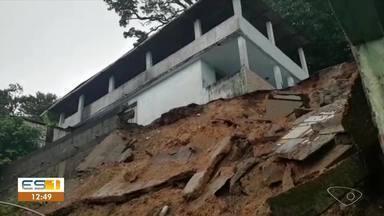 Deslizamento interdita 3 casas e deixa 10 desalojados em Vitória - Chuva forte provoca alagamentos na Grande Vitória na manhã desta quarta-feira (13). Registros de alagamentos foram feitos em Vitória, Serra, Viana, Vila Velha e Cariacica.