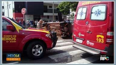 Duas pessoas ficam feridas em acidente no centro de Umuarama - Carro tombou depois de bater em ambulância do Siate.
