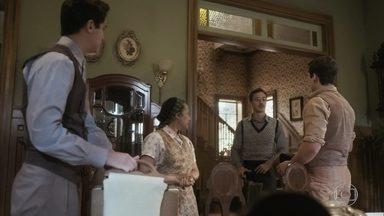 Carlos, Julinho, Alfredo e Isabel se preparam para ir ao hospital - Durvalina entrega as coisas de Lola aos meninos