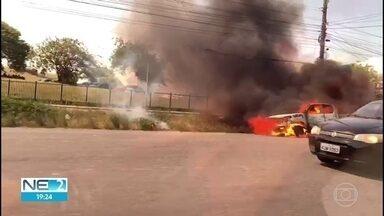 Caminhonete pega fogo e fica destruída no Recife - Caso ocorreu na Avenida Agamenon Magalhães.