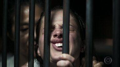 Em seu primeiro dia na prisão Josiane arranja confusão - Jô leva uma surra após gritar com outra detenta