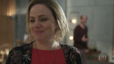 Regina insiste que Max peça desculpas a Serginho e traga Guga de volta - Max garante que Guga voltará para casa em breve e diz não ter dúvidas de que está agindo corretamente com o filho