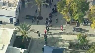 Nos EUA, adolescente abre fogo contra colegas em uma escola - O ataque aconteceu na cidade de Santa Clarita, na Califórnia. O adolescente matou dois estudantes e feriu outros dois.