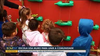Escola usa muro para unir a comunidade - No espaço tem horta, roda de leitura e brincadeiras.