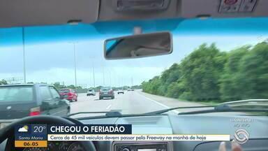 Cerca de 45 mil veículos devem passar pela freeway na manhã desta sexta-feira - A previsão é de que 110 mil carros façam o trajeto até o Litoral Norte gaúcho neste feriado.
