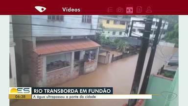 Rio transborda e provoca alagamentos em Fundão, ES - Água ultrapassou a ponte da cidade.