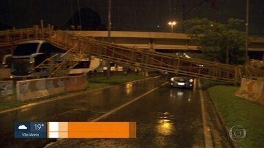 Prefeitura vai investigar queda de passarela - Estrutura caiu sobre 5 veículos e deixou 2 feridos na Marginal Tietê.