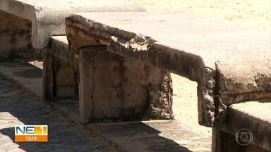 Vendedores e banhistas reclamam de bancos quebrados na orla de Boa Viagem - Praia é um dos pontos mais procurados por turistas.