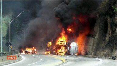 Carreta que transportava combustível tomba e explode na rodovia dos Tamoios, em SP - O acidente aconteceu no trecho de Caraguatatuba. O motorista morreu no local. Imagens de câmeras de monitoramento mostram o momento do acidente.